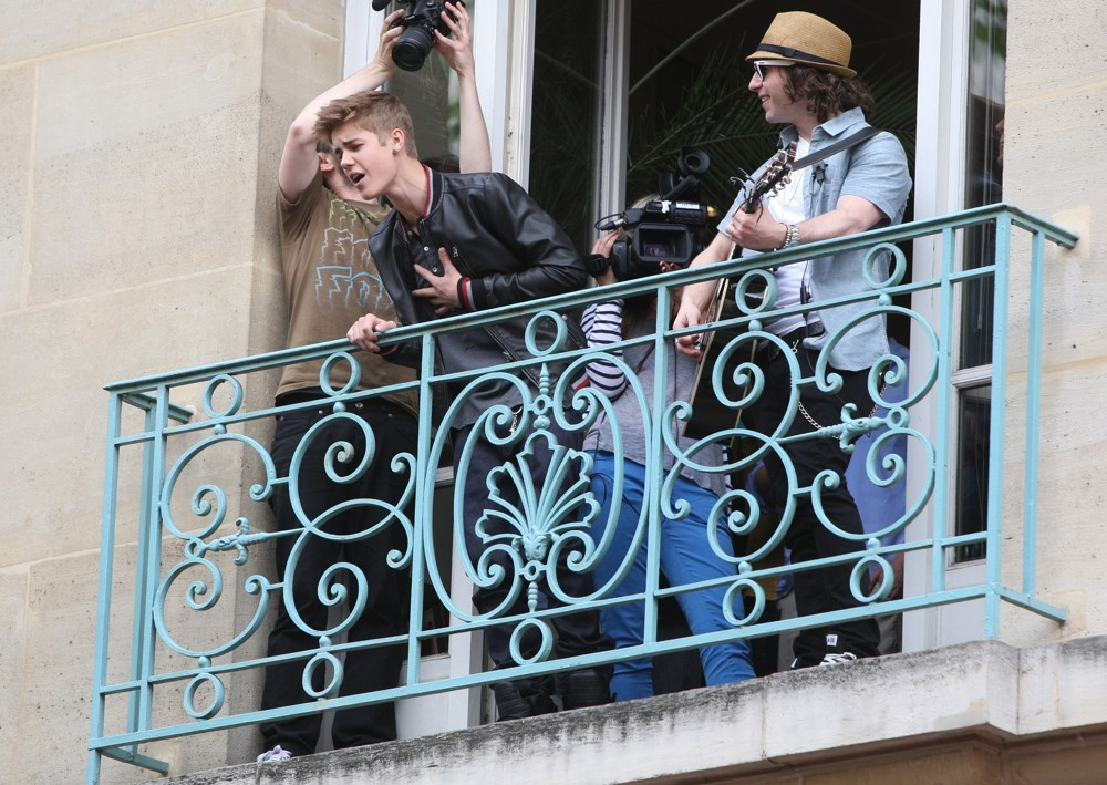 Justin Bieber Puts on a Surprise Mini Concert From a Paris Balcony. [video]