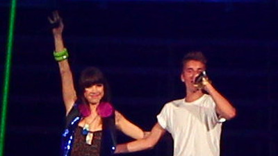 Watch Justin Bieber Fall For Carly Rae Jenson – Singer Falls Downstairs While Performing