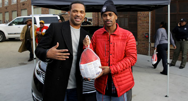 Big Sean and Mike Epps Hand out Turkeys to the People