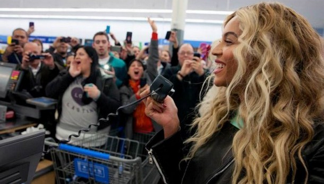 Beyonce Surprises People At Walmart, Hands Out Over 750 Gift Cards (VIDEO)