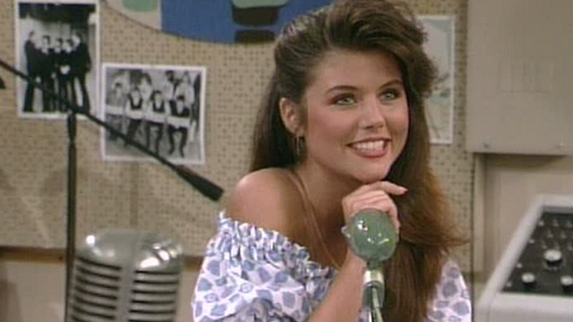 Remember Saved By The Bell's Kelly Kapowski? See What She Looks Like Now At Age 40 In A Swimsuit!