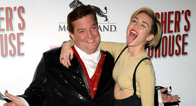 Miley Cyrus Makes Out With Female Fan During Las Vegas Tour Stop (VIDEO)