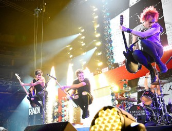 5 Seconds of Summer Guitarist Michael Clifford Has Another Nasty Accident On Stage (VIDEO)