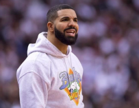 Drake Shows Off Abs On The Gram, Responds To Claims He Had Plastic Surgery To Get Them! (PHOTO)