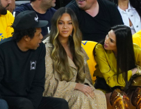 Beyonce's Annoyed Reaction To Woman Talking To Jay-Z At NBA Finals Has The Internet Going Crazy (VIDEO)