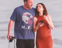 Ben Affleck And Ana de Armas Look Super Cute While Taking Romantic Stroll On The Beach